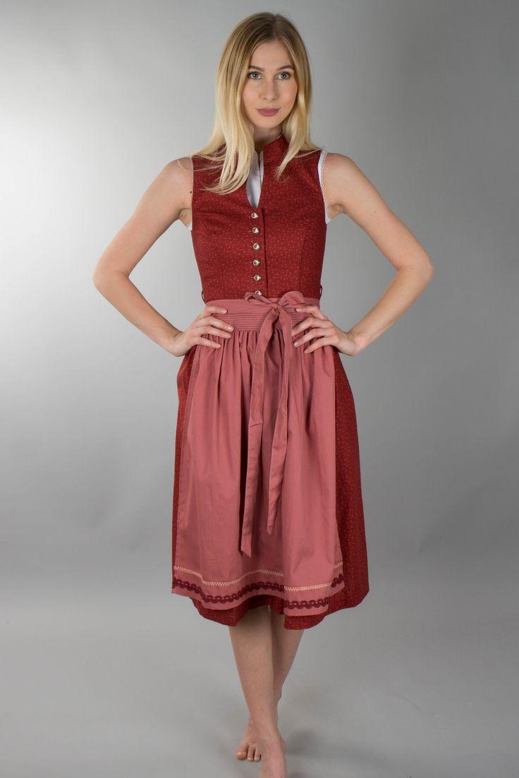Hochgeschlossenes Dirndl von Marjo in rot gemustert mit verzierten Knöpfen. Schürze zum Binden in rosa mit roter und cremefarbener Bordüre am Saum. Länge: ca. 70cm