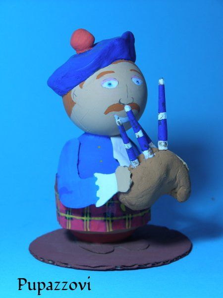 Dalla lontana Scozia arriva Angus Mc Pupazzovish. Fiero ed impettito nel vestire i colori del suo clan sta intonando con la cornamusa un'antica melodia della sua terra.    &…
