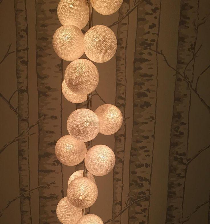 Lysande snöbollar (Två Happy Lights-ljusslingor) och julmusik... ...så blir det lite 1a-adventshelg-feeling fastän det bara är blött och kolsvart ute! #jul #joulu #christmas #happylights #hemmahoserikmaki #inredning #heminredning #inreda #interiör #interior #interiør #sisustus