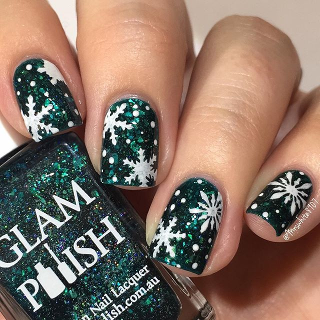 Snowflakes for the first day of December! ❄️❄️ Not that we have any snow here, actually we are still running the AC everyday 😂 I used: @glampolish_ Werewolf of Fever Swamp @glistenandglow1 HK Girl topcoat & Wedding Gown White Snowflake vinyls by @whatsupnails 🎬Tutorial up later! #prsample #whatsupsnails #glampolish #flakiepolish #snowflakenails