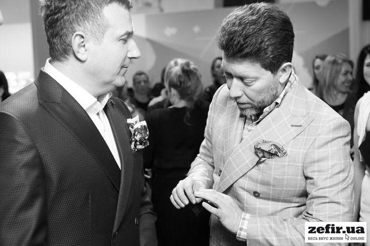 Глава Charisma Fashion Grroup и член жюри Андрей Здесенко оценивает образ телеведущего Юрия Горбунова