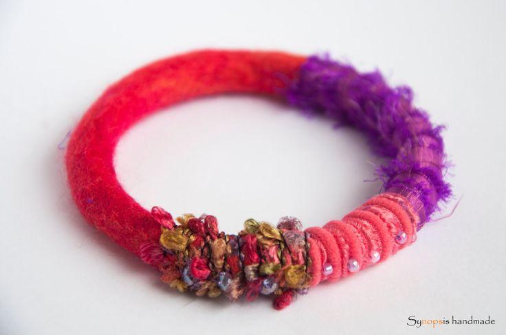 "handmade bracelet ""Thelxinoe"" with felt and silk von synopsishandmades auf Etsy"