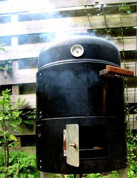 Vandaag eindelijk eens de tijd genomen om worst warm te roken. Koud roken is geschikt als je de worst nog wilt drogen of een aantal dagen wilt bewaren. Warm roken gaart de worst en is eigenlijk de ...