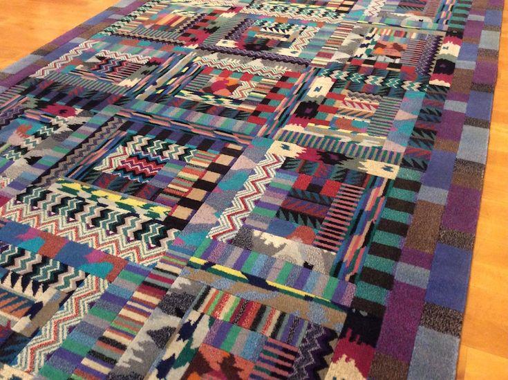"""Per chi ama il tappeto moderno Missoni è senza dubbio l'emblema dello stile e della modernità tramandata nel tempo e ORION ne è l'antitesi. Tappeto la cui nascita risale al 1991 (firma e data lo certificano) Orion fa parte della collezione degli """"Annodati a Mano"""""""