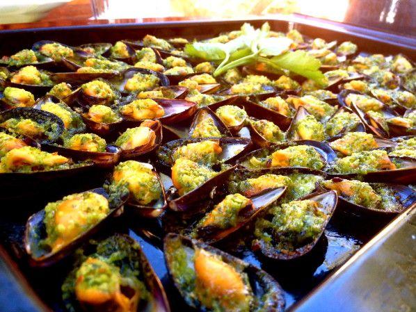 Des moules gratinées au four avec un beurre d'ail, persil & piment... un vrai délice! A déguster comme une entrée, un plat principal ou tout simplement pour l'apéritif. Pour 3 personnes, plat principal Shoppinglist 1,4 de moules d'espagne 1 piment rouge...