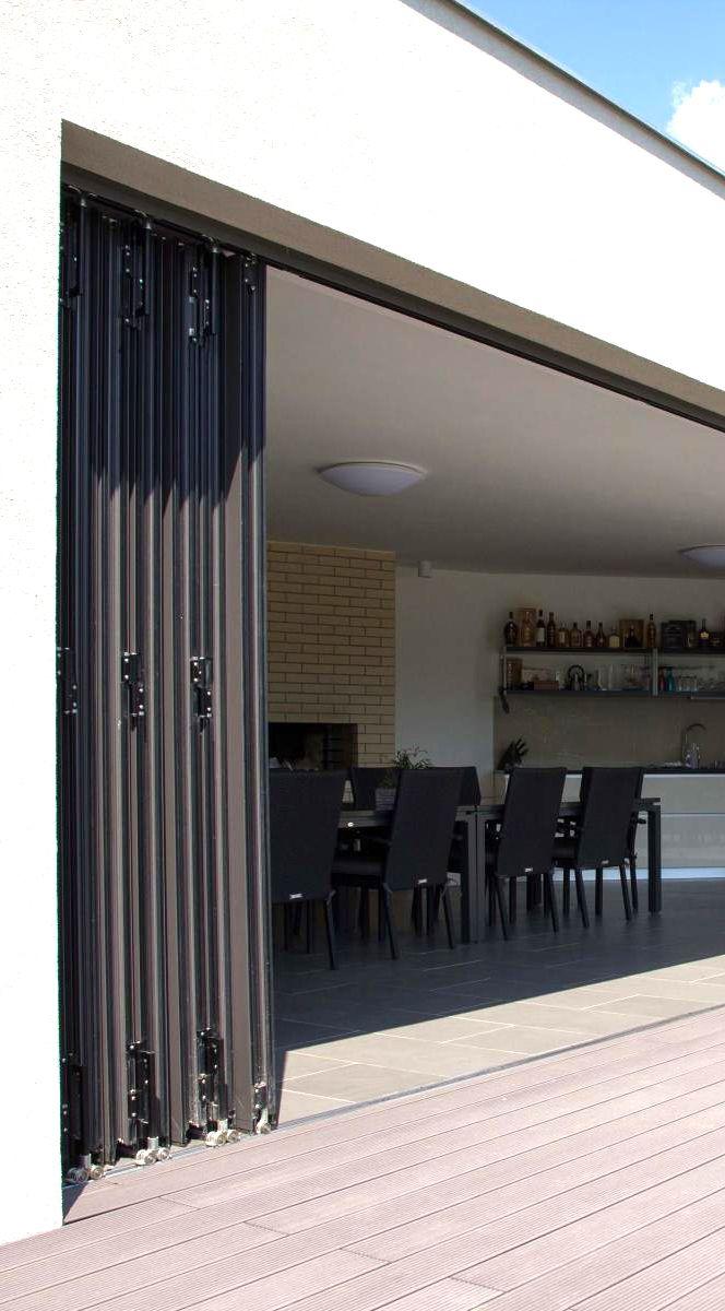 """Posuvné skládací dveře ve stylu """"harmoniky"""" se jednoduše ovládají a poskytují rychlé otevření prostoru. Tento shrnovací dveřní systém propojuje interiér s exteriérem při potřebě minimálního úložného prostoru pro složená křídla. (terasa, zimní, zahrada, domov, dveře, moderní, Profiltechnik)"""