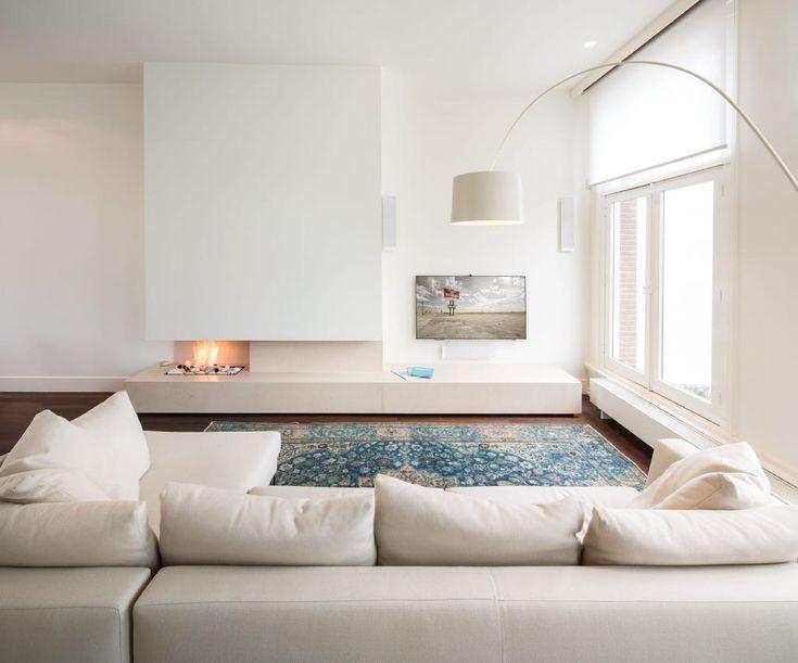 Mooie ruimtelijke indeling haard, tv, bank, raam. Door HofmanDujardin interieurarchitecten