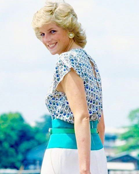 Look at how beautiful Princess Diana is here! WOW!