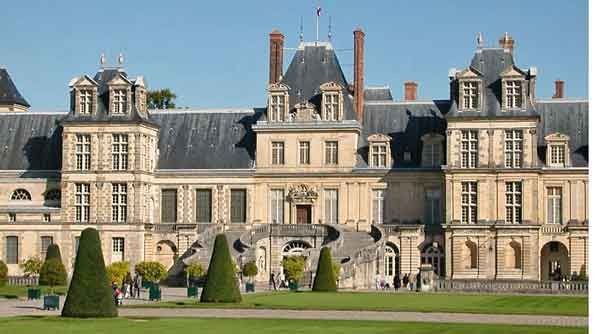 Le château de Fontainebleau et ses jardins à la Française.