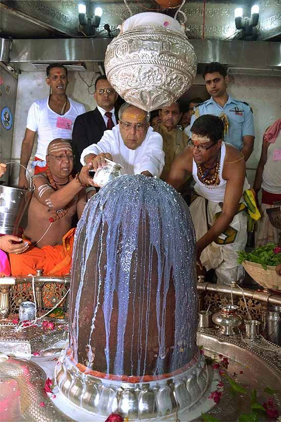 Pranab Mukherjee at the sanctum sanctorum of Ujjain's Mahakaleshwar temple—one of the most sacred residences of Lord Shiva. #India #Hindu