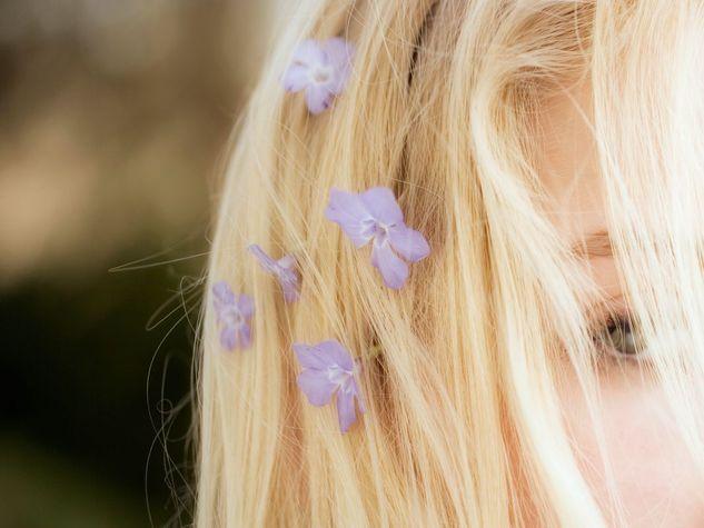 Per chi ha i capelli castani chiari o biondo scuro e vuole schiarirli, ecco qualche suggerimento per ottenere ottimi risultati a poco costo e con ingredienti naturali
