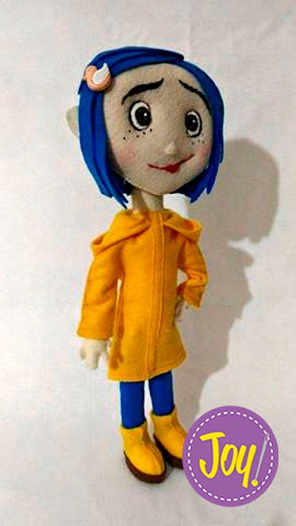 Boneca Coraline em feltro.  Mede 32 cm de altura.  Totalmente em feltro e artesanal.  Rosto bordado à mão e pintado.  Ideal para decoração.