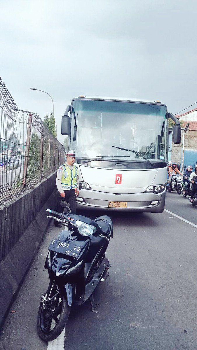informatif, tapi bagaimana dengan komposisi? 17:36 Bus Transjakarta mogok di depan SPBU Baru Jl. Supriyadi Kampung Rambutan (arah ke barat), lalin tersendat & msh menunggu derek.