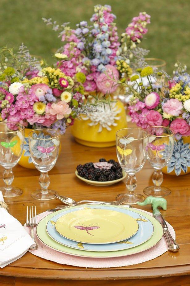 Dando continuidade às comemorações em homenagem à chegada da Primavera, resolvemos, literalmente, levar a nossa mesa para o jardim e aproveitar como nunca o sol, o perfume e o frescor das flores renascendo e a alegria que é viver cada minuto da estação mais romântica e delicada do ano.