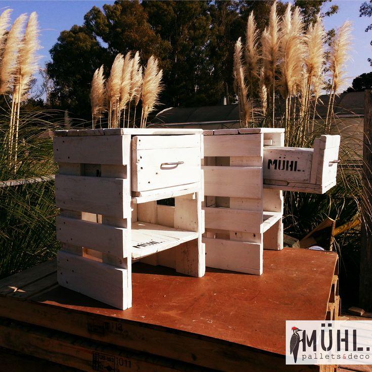 Mesa de luz con cajones muebles con pallets pinterest - Mesas con cajones ...