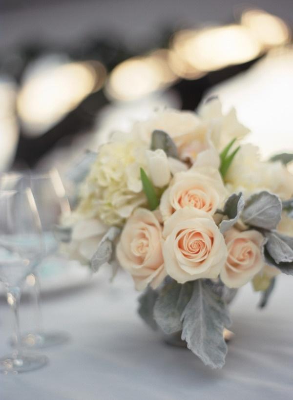 Décoration de table: couleur gris lavande (nappe), fleurs panachées pêche, écru, gris lavande.
