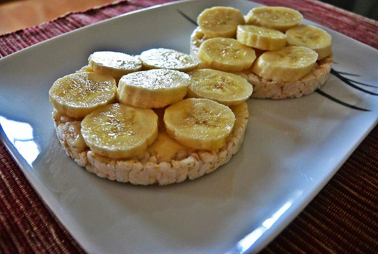 Rice cakes with honey and bananas