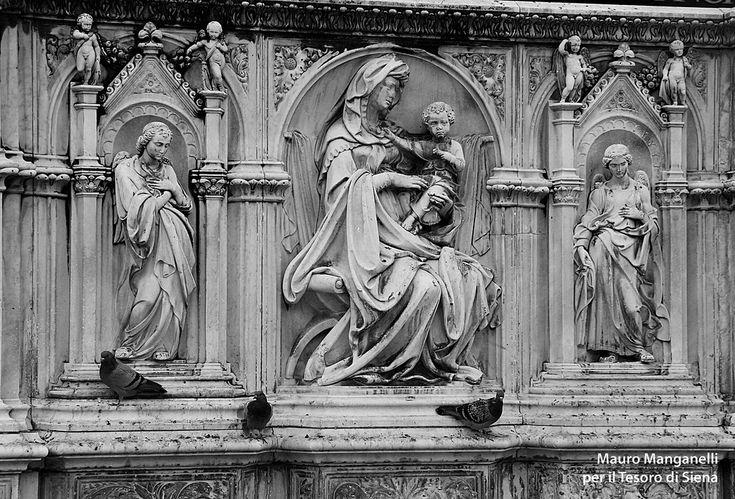 La Fonte Gaia di Tito Sarrocchi (1868) Il cuore della fonte: La Vergine col Bambino tra due angeli. Foto del Tesoro di Siena su https://www.flickr.com/photos/iltesorodisiena/12307608824/lightbox/