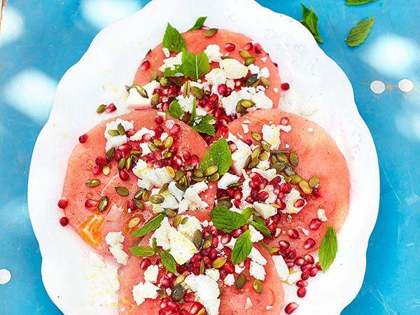 Pizza på vattenmelon med granatäpple, mynta och fetaost | Recept.nu