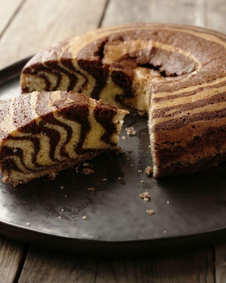 Een superoriginele versie van marmercake: zebracake! Lepel de 2 soorten beslag telkens om de beurten op mekaar, zo krijg je een mooi zebrapatroon, zo leuk!