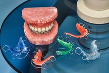 Foto: Human jaw or teeth model with metal wired dental braces