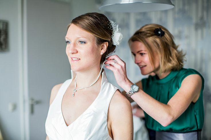 Bruid krijgt hulp met trouwjurk, bruidsfotografie, bruidsreportage, Eindhoven, St. Oedenrode, trouwfotograaf, bruidsfotograaf | Dario Endara