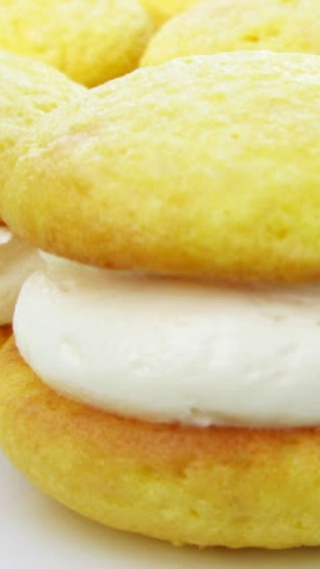 Lemon Cream Whoopie Pies Recipe ~ The lightly sweet frosting is incredibly…