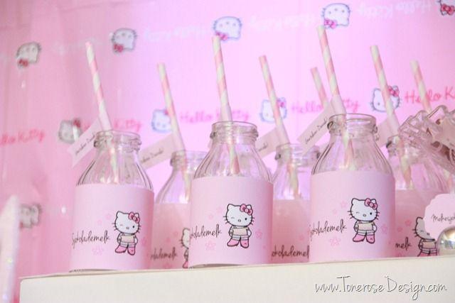 Søte glassflasker til Hello Kitty bursdag. Sviskesaft-flasker (babysaft) pyntet med printet ut bilde av hello kitty =)