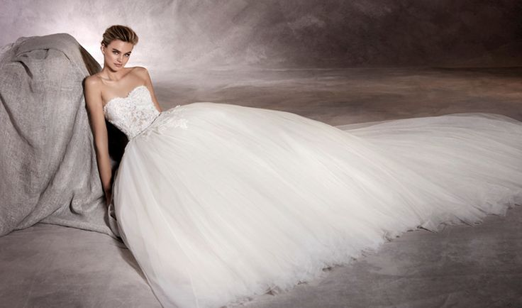 ALESANDRA - A romantic wedding dress with a great heart. Its puffy skirt is made of layers of tulle that melt into the waist with a sweetheart bodice in lace