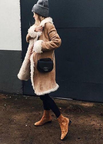 Trend-Überraschung für den Winter 2016: Ein Klassiker ist zurück! Auch wenn Python- und Samt-Booties überall hoch im Kurs stehen – die Modefrauen tragen Ankle Boots jetzt in Camel.