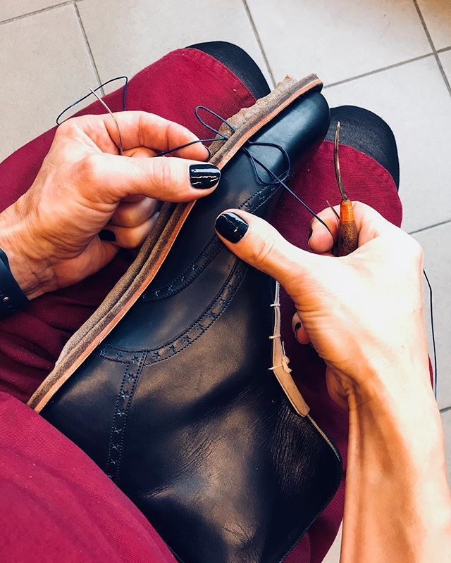 #handmade #boty #botynamiru #botynazakazku #rucnesite #rucnesiteboty #prace #leatherwork #luxusniznacka #zacharias #workinprogress  #malenails #malepolish #darkblue #darkbluenails