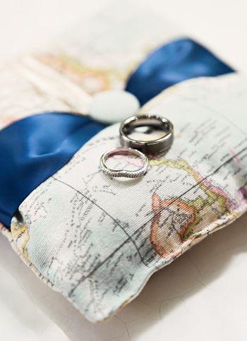 旅好きなカップルには、地図柄のリングピローで♡