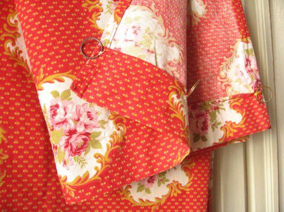 Large rideau rouge et or motif fleurs roses / par LMsoVintage