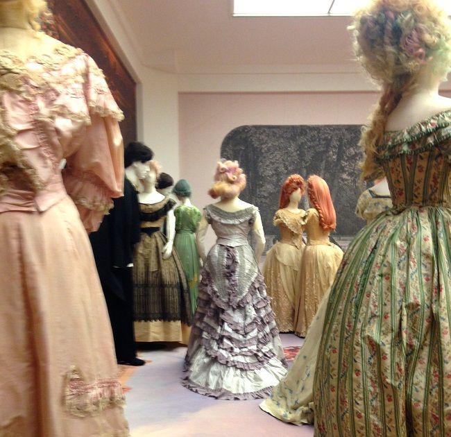 Mr. Darcy  meets Eline Veere, romantische Mode in het Gemeente Museum in Den Haag. Groepen poppen, met haar en armen in context. i.c.m. moderne mode en literaire verwijzingen. Geen white cube maar vrij drukke doch passende achtergronden.