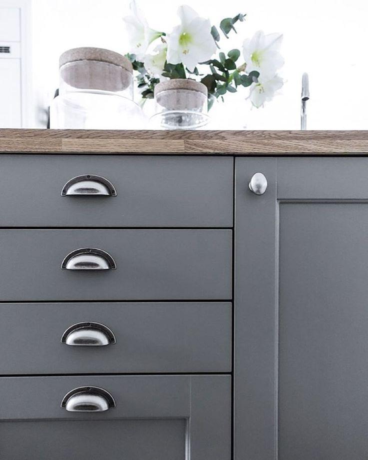 """""""Bloggen er endelig oppdatert med litt info, tips og råd om maling av kjøkkenfronter! #kitchenmakeover #painting #anetteshus_home #anetteshus_christmas"""""""
