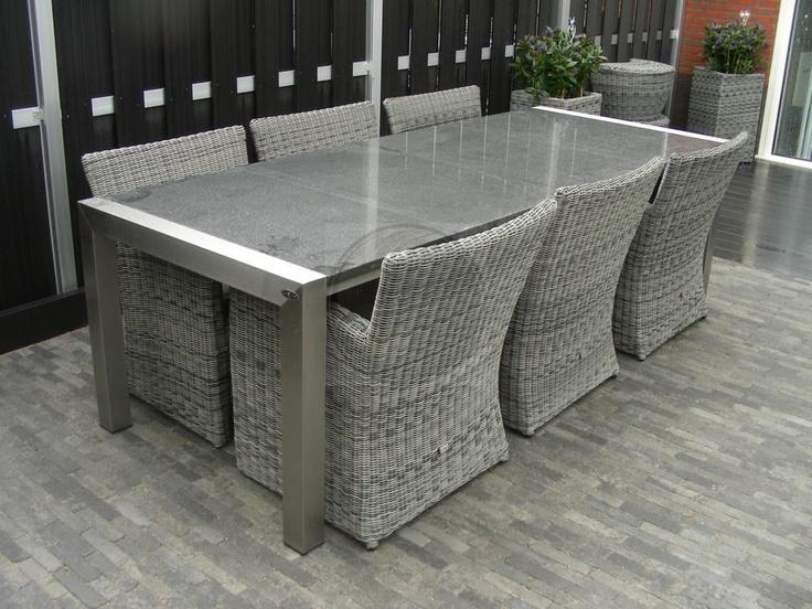 Strakke moderne tuintafel exclusief stoelen