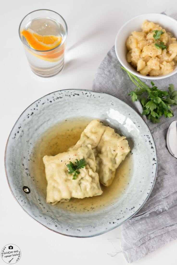 Hausgemachte schwäbische Maultaschen in Fleischbrühe mit Kartoffelsalat