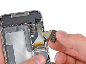 Schritt 4.1 - Ziehen Sie vorsichtig das Dock-Bandkabel aus der Hauptplatine und die untere Lautsprecherabdeckung hervor.