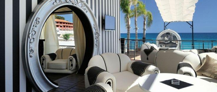 Vue de Lounge Bar sur la mer turquoise. FRANCE