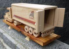 Sattelzug mit Kofferauflieger / Tractor unit with box trailer