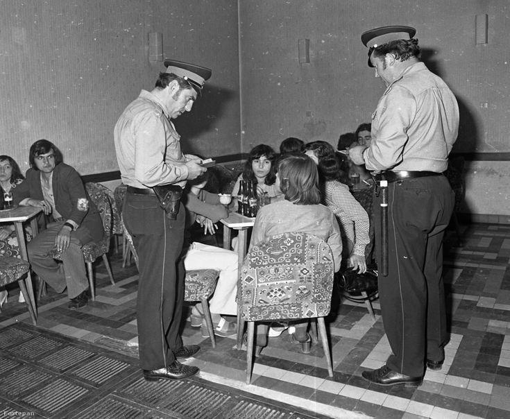 1975-ben készült fotóriport Beke Béla által a körzeti megbízottak életéből. Az is a munkájuk része volt, hogy a kocsmában üdítőző fiatalokat ellenőrizzék.