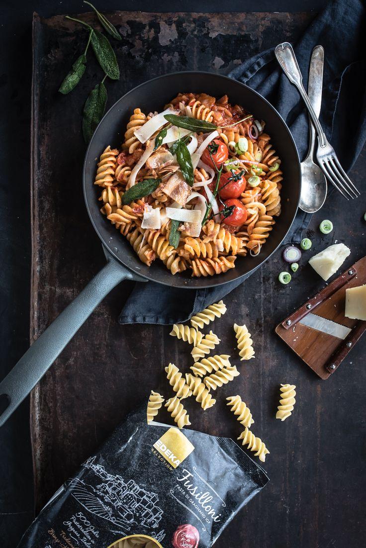 fussilloni all'amatriciana mit guanciale, frittiertem salbei und geschmorten tomaten by trickytine