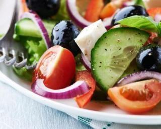 Salade grecque minceur tomates, feta et olives : http://www.fourchette-et-bikini.fr/recettes/recettes-minceur/salade-grecque-minceur-tomates-feta-et-olives.html