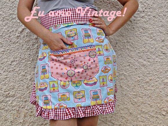 Meio avental, com lindos botões atras, babado e bolso!  Para quem como eu ama o vintage!
