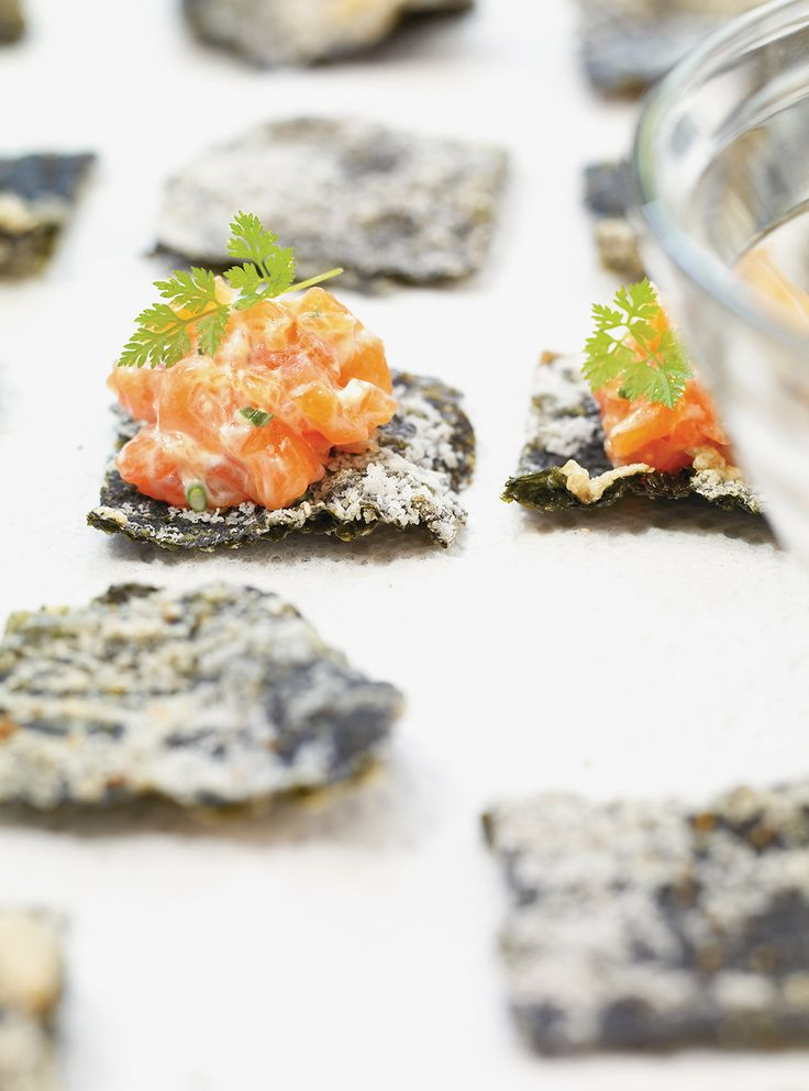 Recette de tartare de saumon sur algue nori frite. Avec du wasabi, des feuilles de nori, de l'aneth, du cerfeuil. Une recette d'entrée rapide et savoureuse.