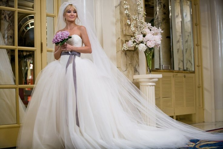Vestido de novia en la boda de guerra de novias, por Kate Hudson