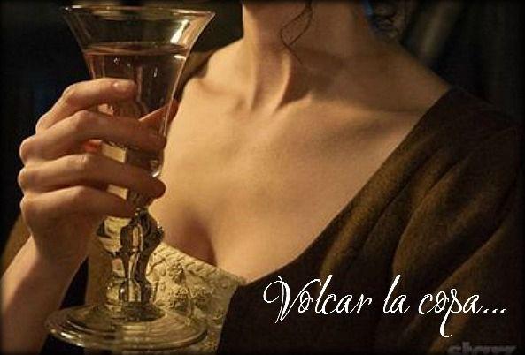 Cap. 30 Volcar la copa El vino bajaba a través de su garganta de un modo tan sensual que lo excitó violentamente. Deseaba beber ese vino de sus labios y dejar que se derramase de su boca en finos hilos que bajarían por su garganta y llegarían hasta sus senos. Quería lamer ávidamente ese rastro y rasgar su vestido. Volcar la copa sobre su vientre y beber de ella hasta que aquella sed enfermiza consiguiera aplacarse. http://www.amazon.es/dp/B00R7TSIMY