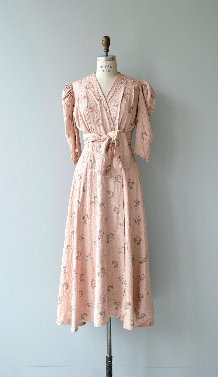 Vintage early 1940s pale pink quilted wrap robe with puff shoulder elbow length sleeves, inner waist tie, outer snap and attached waist tie. ✂-----Measurements  fits like: small/medium bust: 32-40 waist: 32 & under, ties to fit hip: free length: 53 brand/maker: Lady Ashlee condition: excellent  to ensure a good fit, please read the sizing guide: http://www.etsy.com/shop/DearGolden/policy  ✩ more lingerie | swim ✩ https://www.etsy.com/shop&...