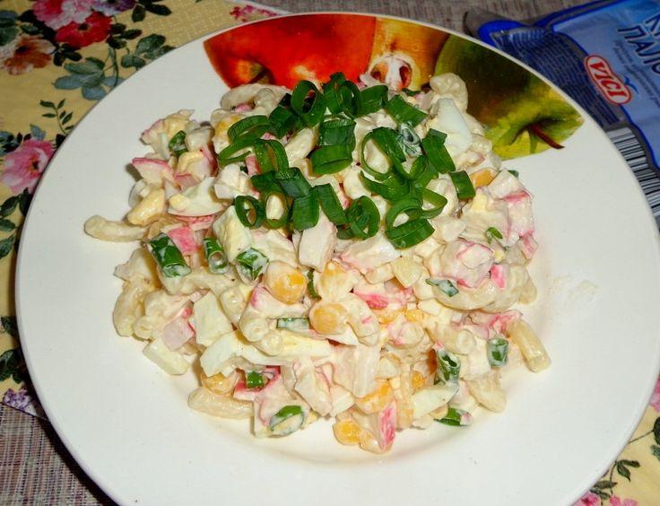 Салат с макаронами и крабовыми палочками