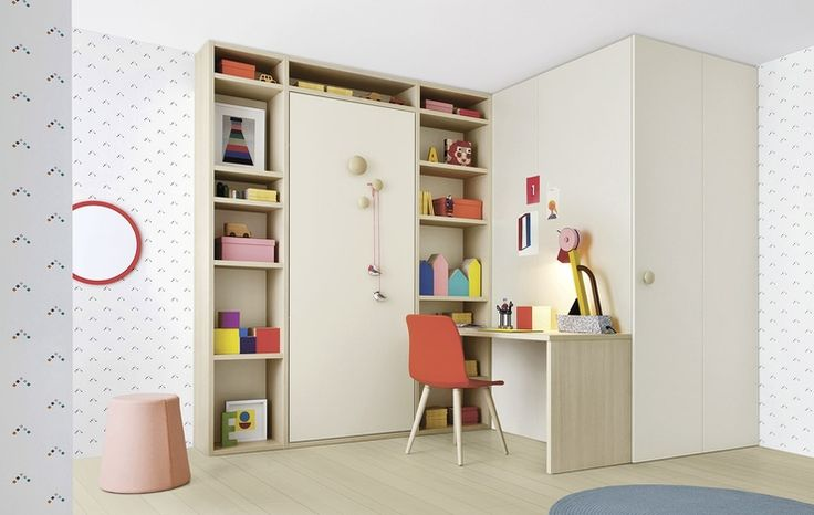 Holly bookcase with structure in natura finish and back panel in nuvola. Twiddy 01 foldaway bed with cover panel in nuvola finish and Woody knobs in natura finish. Desk in natura finish.  #nidi #nididesign #kids #hanging #kidsroom #room #fun #colors #furniture #design